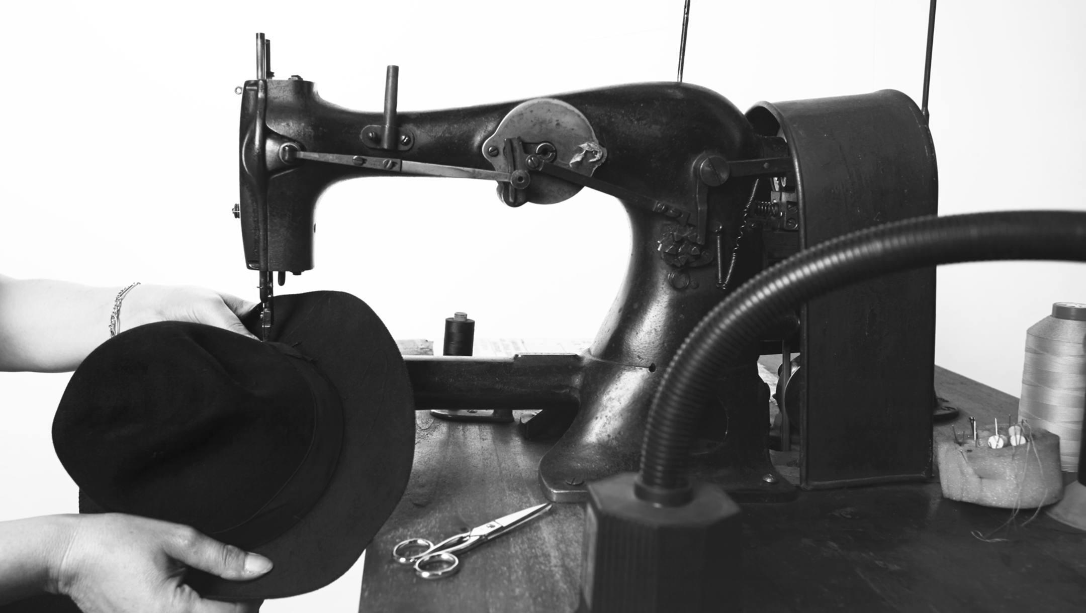 C'est la phase finale qui comprend les dernières étapes: la coupe, la couture de la doublure, gros grain intérieur du chapeau et le gros-grain extérieure;, de l'application de tout autre accessoire.
