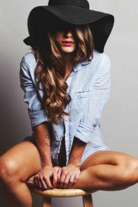 cheveux longs avec capeline noire