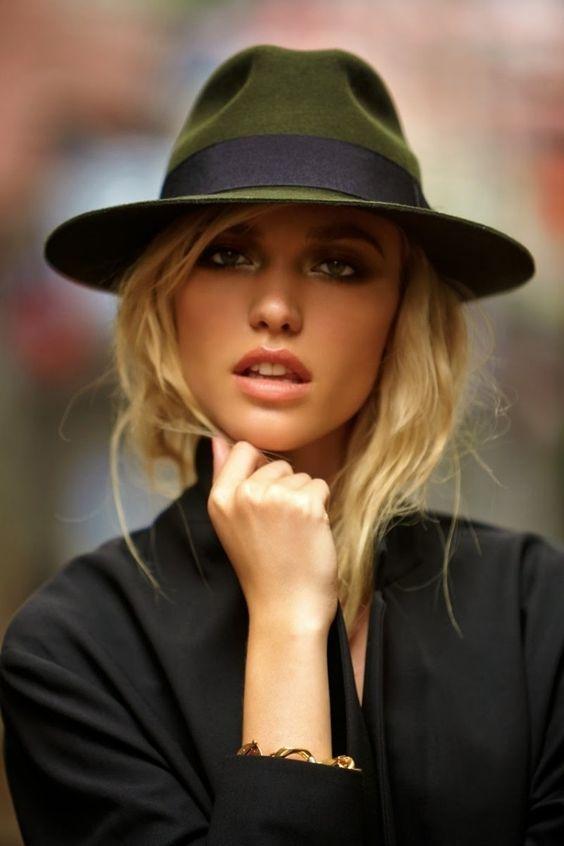 cheveux détachés avec chapeau fedora feutre kaki