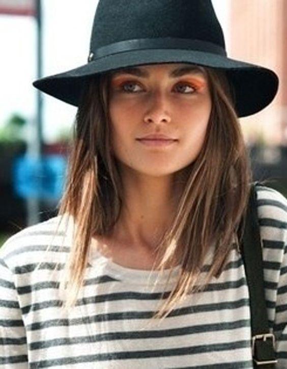 Cheveux mi-long détachés avec fedora feutre laine noir