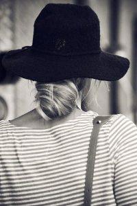 Capeline noire avec chignon bas