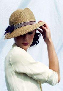 chignon avec chapeau de paille