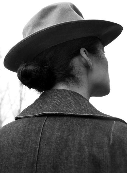 Quelles Coiffures Adopter Quand On Porte Un Chapeau Traclet Chapeau Parfait Le Mag Dedie A Votre Tete